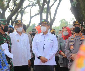 Kapolri-Panglima TNI Bersama Menkes Tinjau Langsung Vaksinasi Massal di Kota Madiun