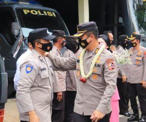 Pelepasan AKBP Ruruh Wicaksono Diringi Tangis Haru
