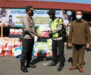 Kopsae Pujon bersama Kepolisian Salurkan Bansos Dampak PPKM Darurat