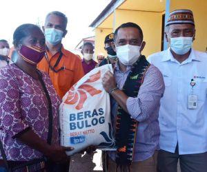 Bupati Manggarai Serahkan Beras Bantuan Kemensos untuk KPM PKH dan BST
