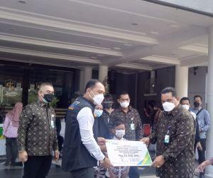 Peduli Surabaya, BPJAMSOSTEK Berikan Masker dan Multivitamin serta Beasiswa