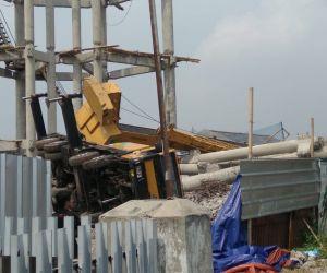 Tiang Beton dan Mobil Crane Proyek PDAM Ambruk dan Menimpa 2 Rumah di Depok