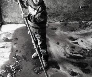 Pas Lebaran, Anak Palestina Bersihkan Ceceran Darah Keluarganya di Lantai