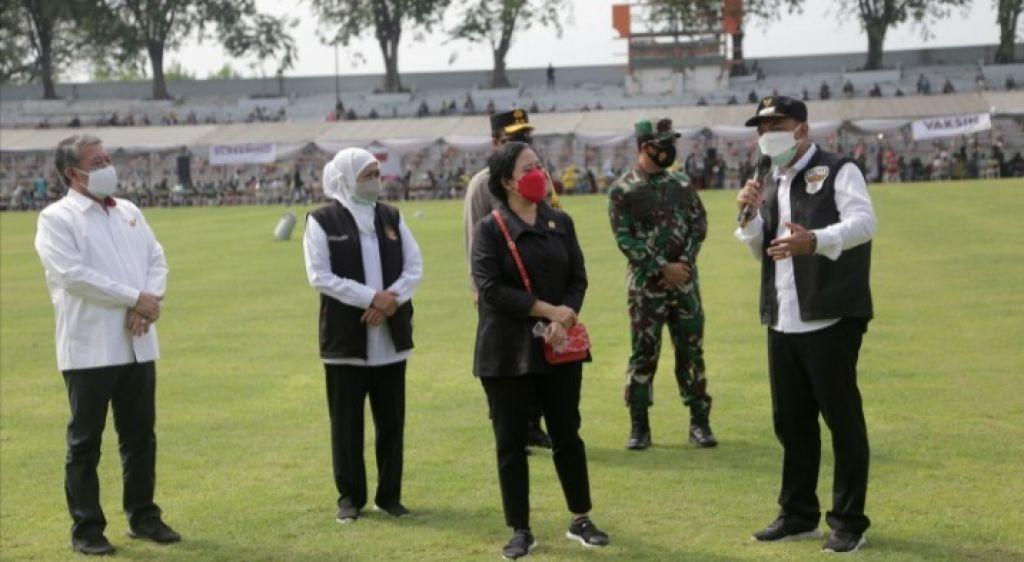 Eri Dampingi Puan Maharani Kunjungan Vaksinasi di Stadion Gelora 10 November